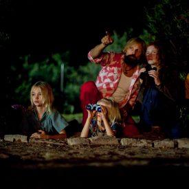 Samantha Isler, Shree Crooks, Viggo Mortensen, Charlie Shotwell, Annalise Basso, & George MacKay in Captain Fantastic